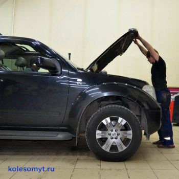 Nissan Pathfinder приехал заправить кондиционер